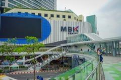 曼谷,泰国, 2018年2月08日:室外观点的MBK的未认出的人集中与一个巨大的屏幕的商城 免版税库存照片