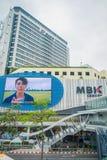 曼谷,泰国, 2018年2月08日:室外观点的MBK的未认出的人集中与一个巨大的屏幕的商城 库存图片