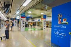 曼谷,泰国, 2018年2月08日:未认出的人民排列到等待MRT地铁和使用智能手机 免版税图库摄影