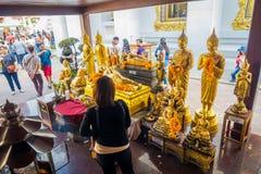 曼谷,泰国, 2018年2月08日:给在寺庙Wat Pho曼谷的室外观点的未认出的人民供奉 免版税图库摄影