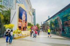 曼谷,泰国, 2018年2月02日:走在泰国模范商城输入的未认出的人民在曼谷 库存图片
