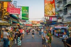 曼谷,泰国, 2018年2月02日:走在Khao圣路的室外观点的未认出的人民,这条路是普遍的 免版税库存照片
