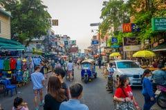 曼谷,泰国, 2018年2月02日:走在Khao圣路的室外观点的未认出的人民,这条路是普遍的 库存图片