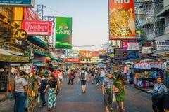曼谷,泰国, 2018年2月02日:走在Khao圣路的室外观点的未认出的人民,这条路是普遍的 免版税库存图片