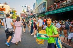 曼谷,泰国, 2018年2月02日:走在Khao圣路的室外观点的未认出的游人,这条路是 免版税库存图片