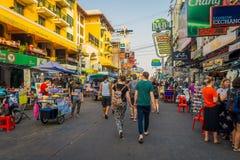曼谷,泰国, 2018年2月02日:走在Khao圣路的未认出的人民,这条路是普遍的在中 图库摄影