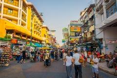 曼谷,泰国, 2018年2月02日:走在Khao圣路的未认出的游人,这条路是普遍的在中 库存照片