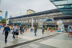 曼谷,泰国, 2018年2月08日:进来在泰国模范商城输入的未认出的游人  免版税库存图片