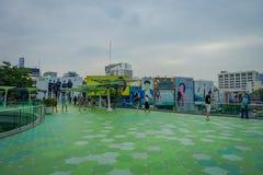 曼谷,泰国, 2018年2月08日:进来在MBK中心商城的室外观点的未认出的游人 库存照片