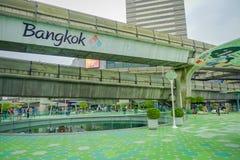 曼谷,泰国, 2018年2月08日:进来在MBK中心商城的室外观点的未认出的游人 图库摄影