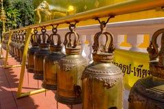 曼谷,泰国, 2018年3月06日:金铃美好的室外看法在寺庙的在曼谷 免版税库存图片