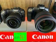 曼谷,泰国,2019年5月10日 佳能EOS R照相机充分的框架mirrorless与透镜在照相机商店在群侨商业中心 库存照片