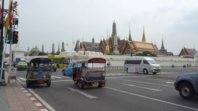 曼谷,泰国,2019年5月18日 参观盛大宫殿和Wat phra keaw的游人是曼谷市寺庙地标  股票视频
