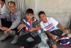 曼谷,泰国:被关闭的曼谷抗议的两个小男孩 库存图片