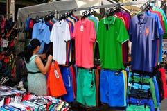 曼谷,泰国: 在Khao圣路的衣物 免版税库存照片