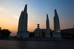 曼谷,泰国:2016年3月06日:民主纪念碑暮色日落  免版税库存图片