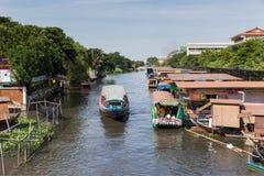 曼谷,泰国:2014年9月20日:沿河的小船或KLONG在曼谷 库存照片