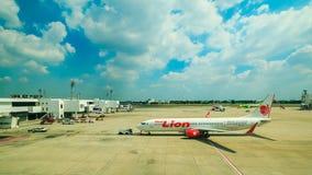 曼谷,泰国:2017年2月04日- DONMUEANG国际机场和飞机为做准备离开 免版税图库摄影