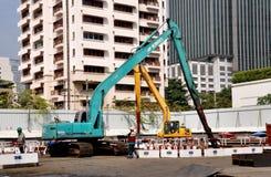 曼谷,泰国:建造公寓塔的建筑用起重机 库存照片