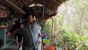 曼谷,泰国- 2019-03-17 -人在Off-Camera的目标的火弹弓 股票录像