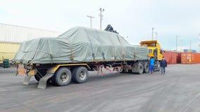 曼谷,泰国16 2017年9月:工作者准备好卸载从拖车的超大袋子到木药丸在LCB容器围场 免版税库存图片
