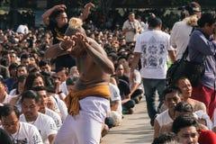 曼谷,泰国- 2018年3月:Sak Yant节日的参加者在恍惚跌倒 库存图片