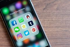 曼谷,泰国- 2018年10月5日, :与普遍的社会媒介app象的iPhone在2018年是时髦的 Facebook, Whatsapp, QQ,我们 免版税库存图片