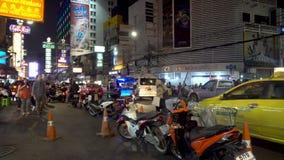 曼谷,泰国- 2017年12月21日:中国镇夜点燃了在街道上的汉语英语标志近对遥远与繁忙 股票视频