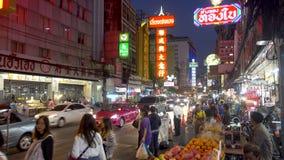 曼谷,泰国- 2017年12月21日:中国镇夜点燃了在街道上的汉语英语标志近对遥远与繁忙 影视素材