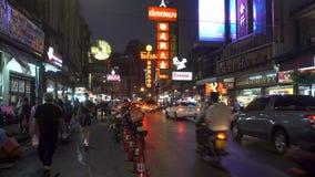曼谷,泰国- 2017年12月21日:中国镇夜点燃了在街道上的汉语英语标志近对遥远与繁忙 股票录像