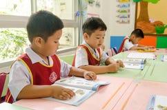 曼谷,泰国- 2017年8月23日:书桌的小男孩是 免版税库存照片