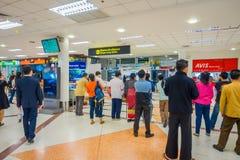 曼谷,泰国- 2018年2月01日:内部观点的在曼谷国际机场里面的未认出的游人 免版税库存照片