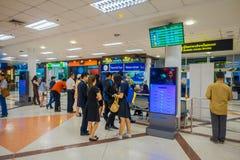曼谷,泰国- 2018年2月01日:内部观点的在曼谷国际机场里面的未认出的游人 图库摄影