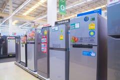 曼谷,泰国- 2017年8月13日:冰箱显示行  库存图片