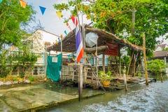 曼谷,泰国- 2018年2月09日:华美的木小屋室外看法在河沿的在昭拍耶河 库存照片