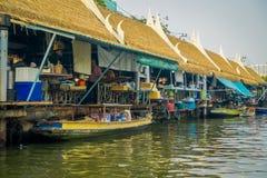 曼谷,泰国- 2018年2月09日:卖在木小船的室外观点的浮动市场oand当地人民 免版税库存图片