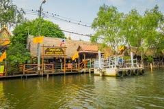 曼谷,泰国- 2018年2月09日:卖在木小船的室外观点的浮动市场oand当地人民 库存图片