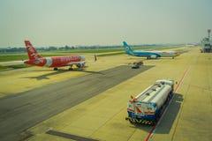 曼谷,泰国- 2018年2月01日:商用飞机、亚洲航空和nokair ans卡车美好的室外看法在 免版税库存照片
