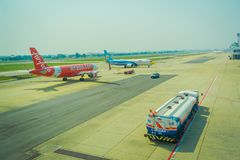 曼谷,泰国- 2018年2月01日:商用飞机、亚洲航空和nokair ans卡车美好的室外看法在 库存照片