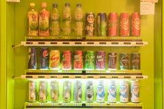 曼谷,泰国- 2017年6月3日:喝在购物中心的自动售货机 多数饮料被销售作为饮料用高糖 免版税图库摄影