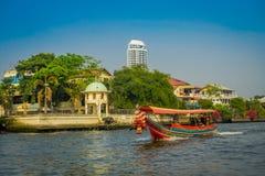 曼谷,泰国- 2018年2月09日:在一条长尾巴小船的未认出的人航行在曼谷亚伊运河或Khlong轰隆 库存照片