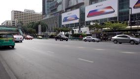 曼谷,泰国- 2017年12月25日:在前面中央世界的城市地区 汽车通行 影视素材