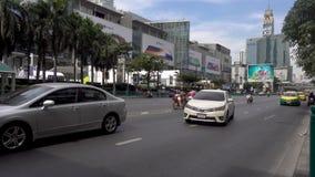 曼谷,泰国- 2017年12月25日:在前面中央世界的城市地区 汽车通行 股票视频