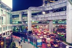 曼谷,泰国- 2017年1月30日:在夜MBK分的交通视图 库存照片