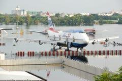 曼谷,泰国- 2011年11月9日:在巨型的洪水哥斯达黎加期间,飞机在水中淹没在廊曼国际机场 免版税库存照片