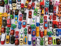 曼谷,泰国- 2019年5月24日:在白色背景的顶视图被分类的金属五颜六色的玩具汽车在街市上 库存照片