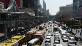 曼谷,泰国- 2018年12月18日:在繁忙的城市街道上的汽车 乘坐在拥挤的街的许多现代汽车和公共汽车  股票录像