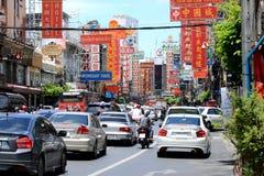曼谷,泰国- 2017年9月03日:在街道上的汽车在Yaowarat路的交通堵塞或在标志的唐人街选择聚焦 免版税库存照片