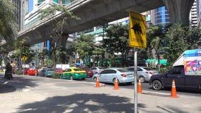 曼谷,泰国- 2017年12月6日:在路的交通堵塞,素坤逸路,曼谷 股票视频