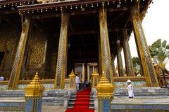 曼谷,泰国- 2018年4月6日:在金子-扎克里天-装饰的曼谷大皇宫和明亮的颜色buddists是的地方 免版税库存图片